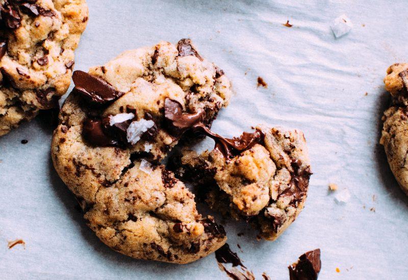 Cookie avec des morceaux de chocolat dedans