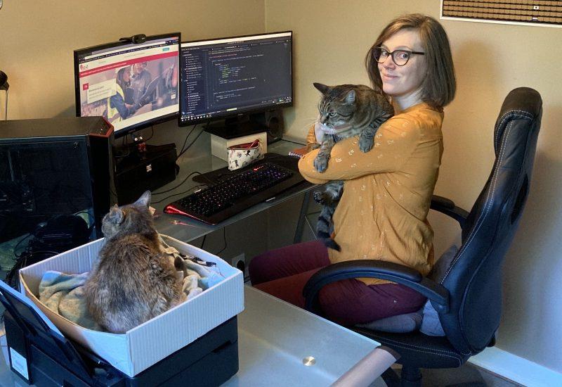 Emilie développeuse devant son ordinateur avec ses chats