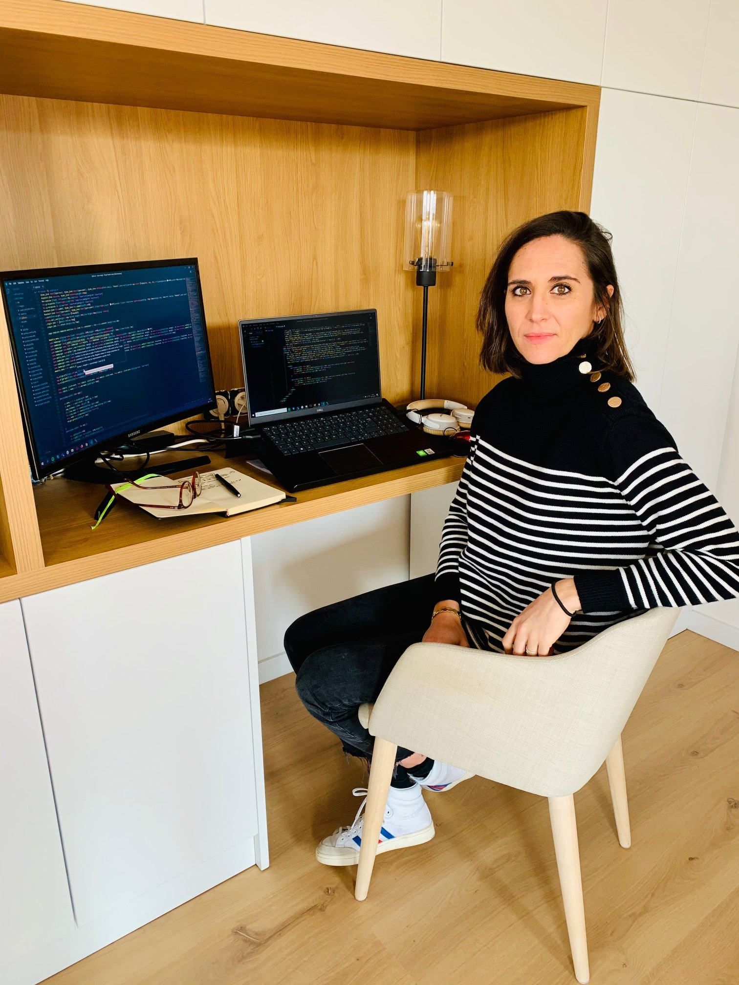 développeuse web devant son ordinateur